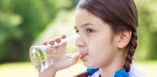 devojcica-pije-vodu