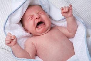 Novorodjena beba plače bez suza